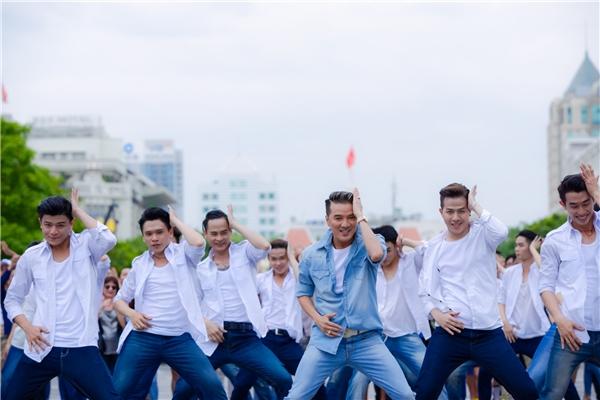 Màn nhảy flashmob của anh cùng hơn 60 nam vũ công đã làm náo loạn khu phố. - Tin sao Viet - Tin tuc sao Viet - Scandal sao Viet - Tin tuc cua Sao - Tin cua Sao