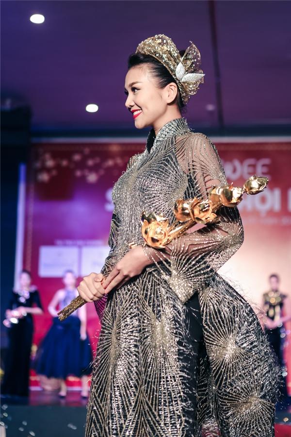 Thanh Hằng còn gây chú ý khi ôm bó hoa sennặng 7kg được chế tác từ 50 lượng vàng trị giá hơn 2 tỷ đồng. Thần thái và lối trình diễn chuyên nghiệp đã khiến cho tất cả khách mời được mãn nhãn với BST Tôi yêu Việt Nam.