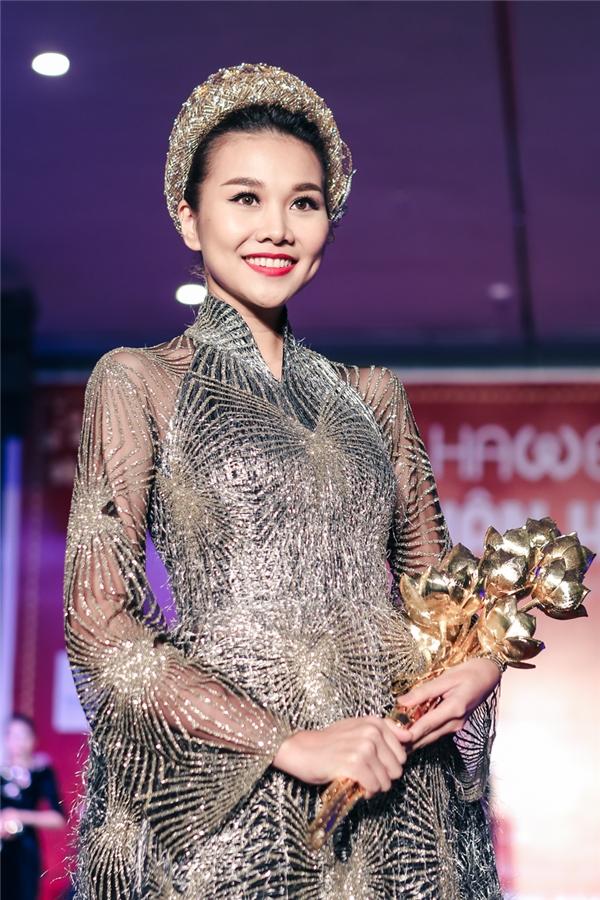 Chia sẻ sau đêm diễn Thanh Hằng nói rằng bó sen vàng nặng 7kg khiến cô gặp chút ít khó khăn trong việc trình diễn nhưng đã là người mẫu chuyên nghiệp dù vật dụng có nặng hơn vẫn phải diễn như không có gì.