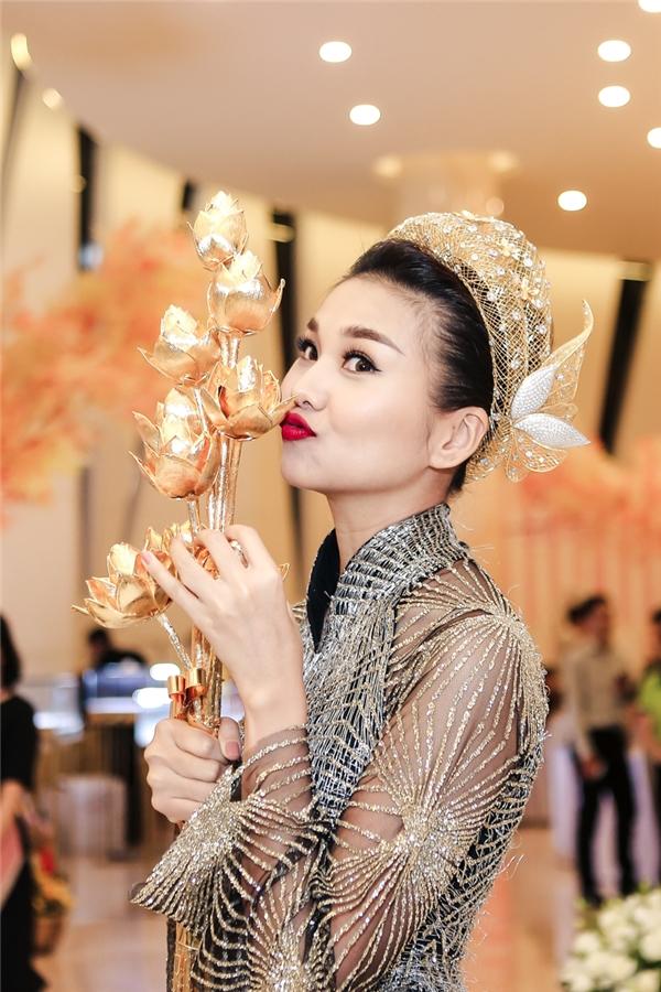 Không chỉ gây chú ý bởi sự chuyên nghiệp trên sân khấu, ngay sau phần trình diễn, Thanh Hằng còn là một trong những người mẫu được khán giả quan tâm nhất. Cô liên tục được khán giảxin chụp ảnh cùng.