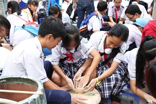 """Thử tài làm gốm trên bàn xoay với sự hướng dẫn tận tình của các nghệ nhân tại không gian mô phỏng làng """"Gốm Bát Tràng"""" cổ truyền – nét văn hóa đặc trưng của miền Bắc."""