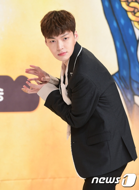 Trong khi đó,Ahn Jae Hyun lại nhắng nhít tại buổi họp báo.