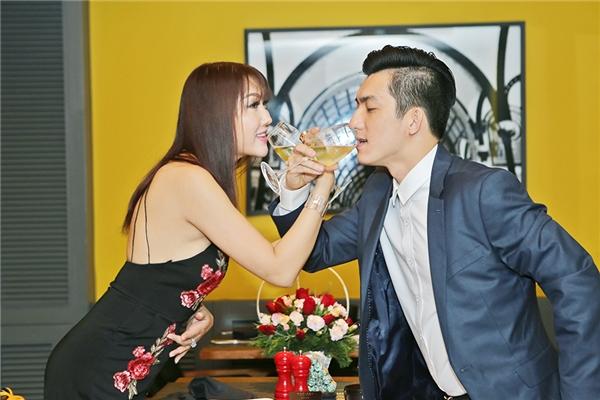 Dù đang rất hạnh phúc và đã đăng ký kết hôn nhưng khán giả vẫn mong đợilễ cưới của vợ chồng Phi Thanh Vân, cô cũng xác nhận cả hai sẽtổ chức đám cưới vào giữa năm 2017. - Tin sao Viet - Tin tuc sao Viet - Scandal sao Viet - Tin tuc cua Sao - Tin cua Sao
