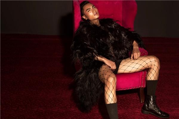 """Một Huy Quang táo bạo với tất lưới, quần short kết hợp áo khoác lông mềm mại. Vẻ đẹp hình thể của Á quân Next Top Model 2016 không hề kém cạnh gương mặt điển trai, ăn ảnh """"không góc chết""""."""