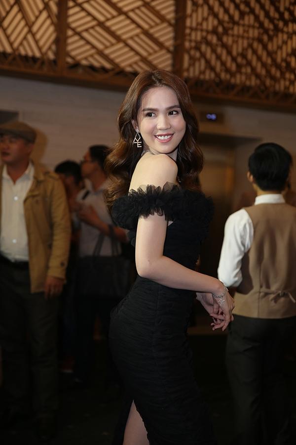 Ngoài ra, người đẹp Trà Vinh còn diện bộ trang sức đồng bộ lấp lánh, thu hút sự chú ý của các khách mời. - Tin sao Viet - Tin tuc sao Viet - Scandal sao Viet - Tin tuc cua Sao - Tin cua Sao