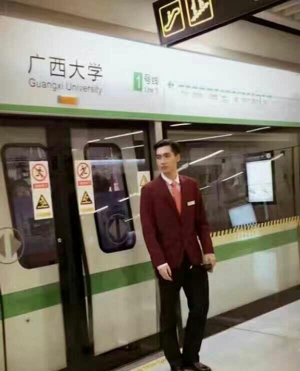 Nam nhân viên tàu điện bị điều chuyển công tác vì quá đẹp trai