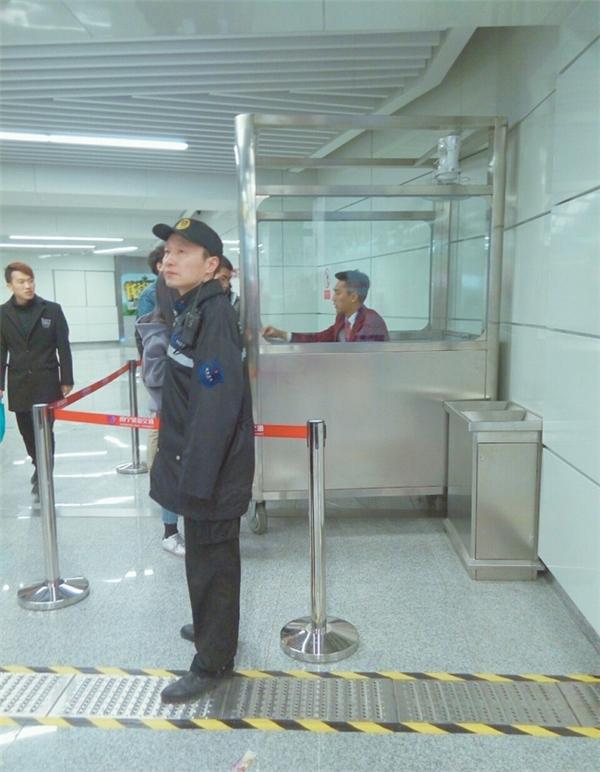 """Vì quá đẹp trai nên nam nhân viên đã bị... """"giam"""" trong """"lồng kính"""" để đảm bảo an toàn cho các hoạt động ở ga tàu."""