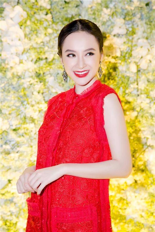 """Cũng giống Nguyên Vũ, """"bà mẹ nhí"""" có phần giản dị khi diện váy đỏ rực của NTK Công Trí tôn lên làn da trắng ngần của mình. - Tin sao Viet - Tin tuc sao Viet - Scandal sao Viet - Tin tuc cua Sao - Tin cua Sao"""