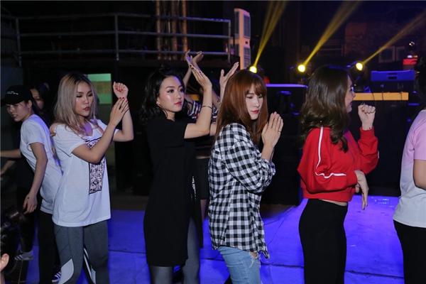 Bốncô gái tập lại vũ đạo với nhóm nhảy trước khi ráp nhạc. - Tin sao Viet - Tin tuc sao Viet - Scandal sao Viet - Tin tuc cua Sao - Tin cua Sao