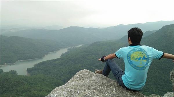 Từ mỏm đá này,mọi người có thể nhìn được cảnh đẹp bao la của núi rừng.(Ảnh: Internet)