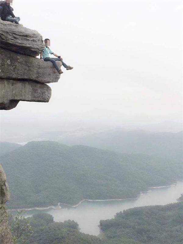 """Một bạn nam không ngạinguy hiểm, đãchụp ngay một bức hình """"sống ảo"""" với khung cảnh hùng vĩ nơi đây.(Ảnh: Internet)"""