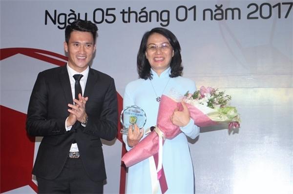 Công Vinh trao bó hoa tươi thắm chobà Nguyễn Thị Thu, Phó chủ tịch UBND TP.HCM trong buổi lễ. (Ảnh: internet)
