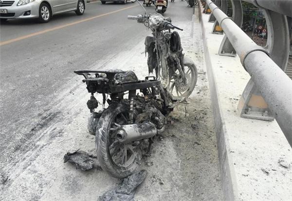 Chiếc xe máy cháy trơ khung trên cầu vượt.
