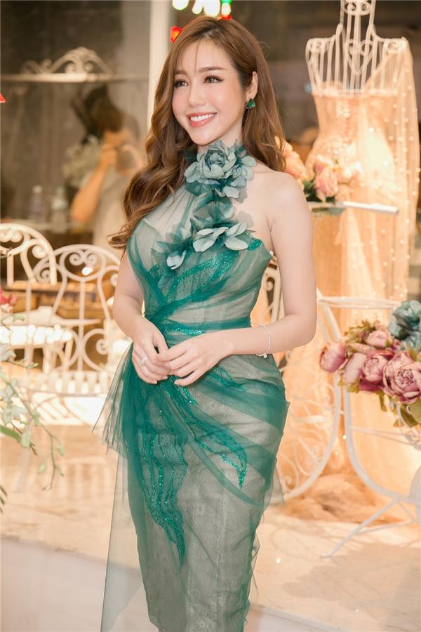 Tại buổi tiệc, Elly Trần khoe đường cong nóng bỏng trong thiết kế màu rêu ôm sát. Trang phục được thực hiện trên nền chất liệu ren lưới mỏng manh.