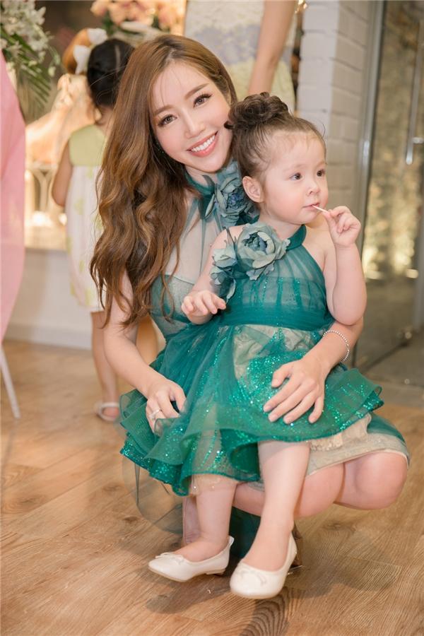 Cadie Mộc Trà cũng diện trang phục có màu sắc tương tự Elly Trần. Ngay từ khi xuất hiện, cô bé đã thu hút mọi sự chú ý của quan khách tại buổi tiệc.