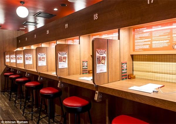 Thực khách phải mua phiếu ăn rồi tìm một chỗ ngồi bất kì trong nhà hàng – chính là những bốt được ngăn cách với nhau.(Ảnh: Daily Mail)