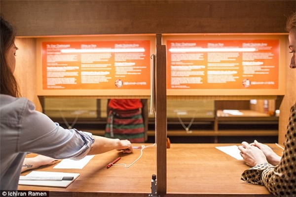 Bạn chỉ cần khoanh tròn chọn thức ăn, sau đó nhấn nút để nhân viên đến lấy phiếu đặt món.(Ảnh: Daily Mail)