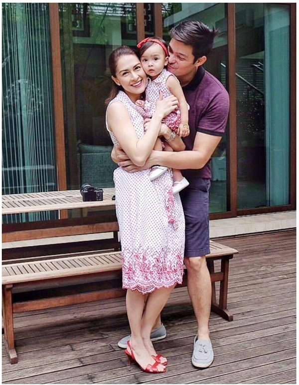 """Mỹ nhân đẹp nhất Philippines cũng không quên """"tranh thủ khoe chồng"""" trong những shoot hình cùng con gái."""
