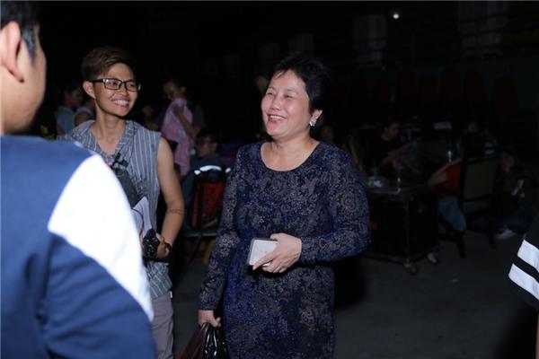 Mẹ của Bảo Thy cũng có mặt để xem con gái tổng duyệt sân khấu. - Tin sao Viet - Tin tuc sao Viet - Scandal sao Viet - Tin tuc cua Sao - Tin cua Sao