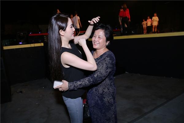 Bảo Thy ân cần chỉnh sửa tóc cho mẹ. Hành động đáng yêu này của nữ ca sĩ nhanh chóng được nhiều phóng viên ghi lại. - Tin sao Viet - Tin tuc sao Viet - Scandal sao Viet - Tin tuc cua Sao - Tin cua Sao