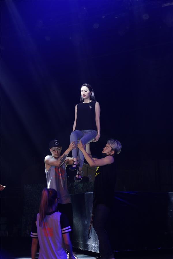 Bảo Thy được vũ công bê đỡ lên cao - Tin sao Viet - Tin tuc sao Viet - Scandal sao Viet - Tin tuc cua Sao - Tin cua Sao