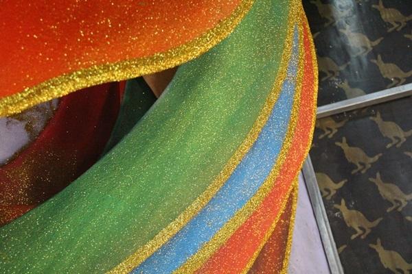 Họa sĩ Văn Tòng cũng cho biết, đuôi của gà trống được làm bằng chất liệu xốp mềm, phủ màu sắc và kim tuyến rực rỡ.