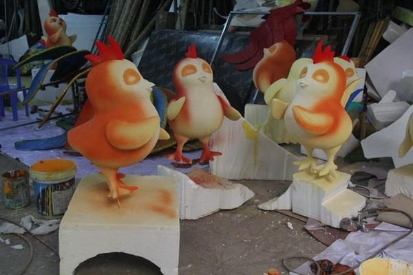 Những chú gà con đã được tạc hình dáng và sắp hoàn thiện phần sơn màu.   Những chú gà con trông thật tròn trịa, vui vẻ.