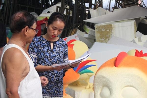Bà Phi Ngọc Linh trao đổi với họa sĩ Văn Tòng về hình ảnh của linh vật năm Đinh Dậu.
