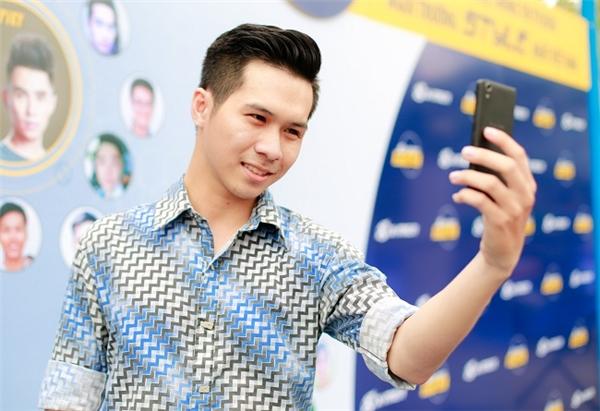 Các bạn sinh viên không quên selfie với kiểu tóc mới của mình để thấy rõ sự khác biệt.