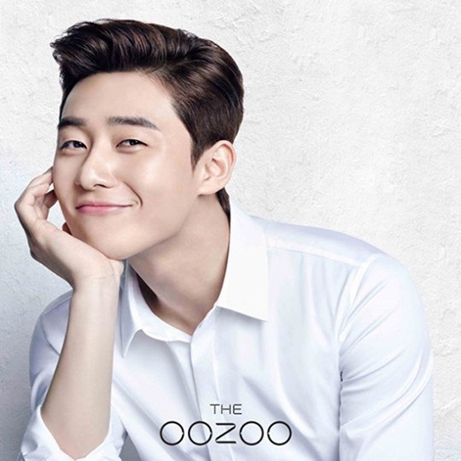 """Chỉ cần khoác lên mình chiếc sơ mi trắng, Seo Jooncũng đã có thể """"tỏa sáng"""" khiến phe kẹp nơ không thể kiềm lòng."""
