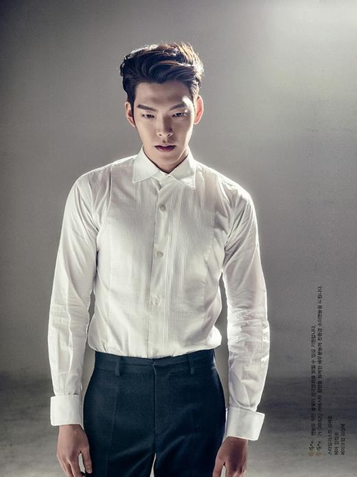 Với thân hình chuẩn mực của một người mẫu, việc Kim Woo Bin diện sơ mi trắn đẹp đến vậy cũng không phải là điều gây ngạc nhiên.