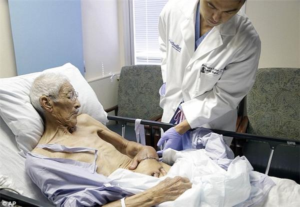 Bất ngờ phương pháp kì lạ đã cứu bàn tay chết của cụ ông 87 tuổi