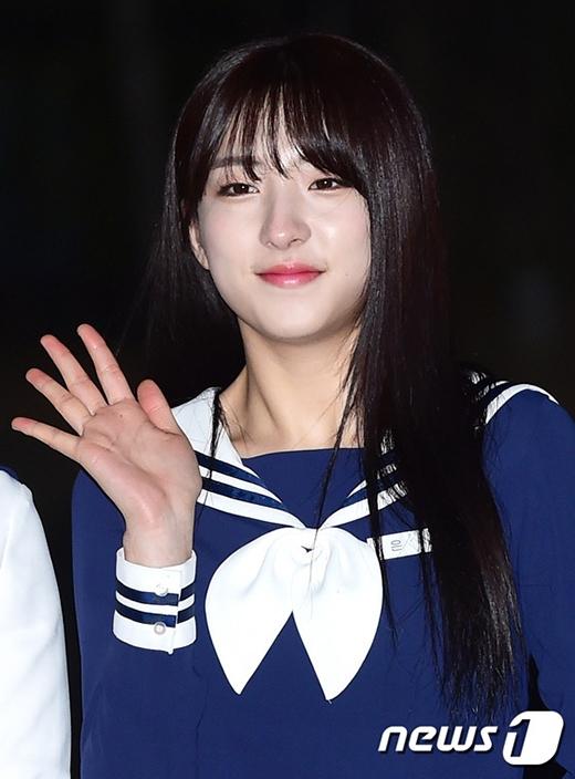 Nhìn vào chi tiết, Eunseo (Cosmic Girls) sở hữu khuôn mặt khá xinh xắnvà bầu bĩnh, song lại thon thả và thanh thoát lạ thường với góc nghiêng.