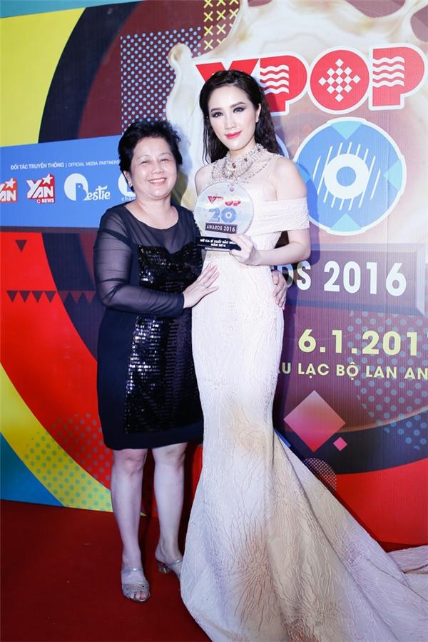 Nữ ca sĩnghẹn ngào chia sẻ niềm vui này với mẹ của mình ngay sau khi đoạt giải. - Tin sao Viet - Tin tuc sao Viet - Scandal sao Viet - Tin tuc cua Sao - Tin cua Sao