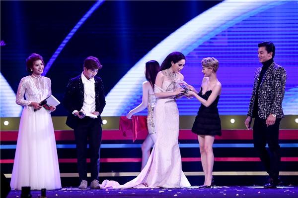 """Bảo Thy nghẹn ngào ôm mẹ khi đoạt cúp """"Nữ ca sĩ của năm"""" - Tin sao Viet - Tin tuc sao Viet - Scandal sao Viet - Tin tuc cua Sao - Tin cua Sao"""