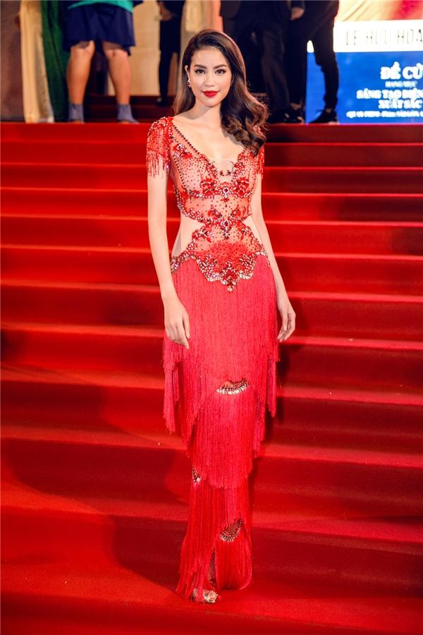 Tại sự kiện, Phạm Hương diện bộ váy dạ hội độc đáo của NTK Đỗ Long, hiệu ứng đặc biệt của chiếc váy cộng với tông màu đỏ chủ đạo khiến Phạm Hương vô cùng nổi bật. - Tin sao Viet - Tin tuc sao Viet - Scandal sao Viet - Tin tuc cua Sao - Tin cua Sao