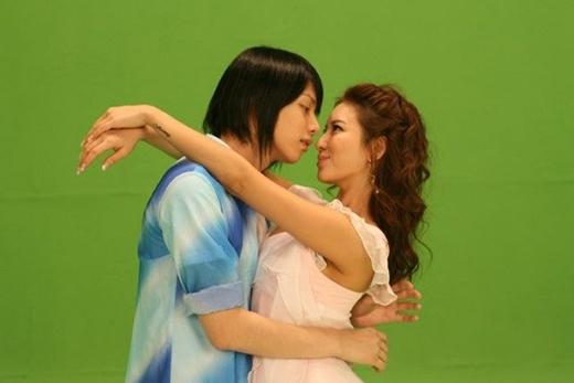 Mặc dù có nhiều người bạn thân khác giới, Hee Chul vẫn luôn giữ bàn tay ở mức độ lịch sự không đụng chạm vào cơ thể họ,không có sự động chạm thân mật.