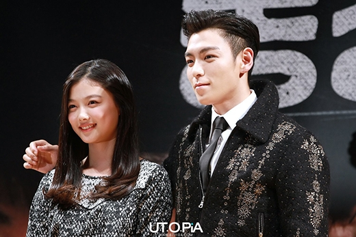 """Anh chàng T.O.P khoác hờ qua vai của Kim Yoo Jung thể hiện sự tôn trọng với """"sao nhí""""."""