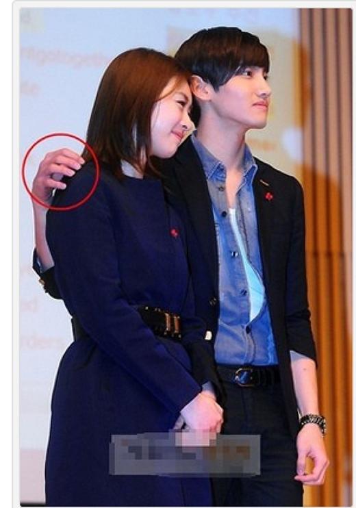 Changmin cũng chỉ để hờ lên vai người bạn diễnxinh đẹp Lee Yeon Hee.