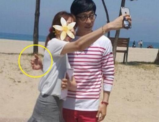 """""""Chú châu chấu"""" Yoo Jae Suk rất thân thiện khi chụp hình cùng fan nhưng không chạm tay vào cơ thể cô gái."""