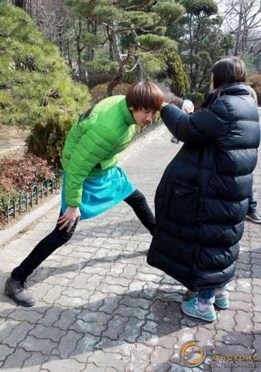 """""""Hưu cao cổ"""" Kwang Soo có chiều cao 1m90, anh chàng luôn cúi người để không khiến những nhân viên nữ phải bối rối."""