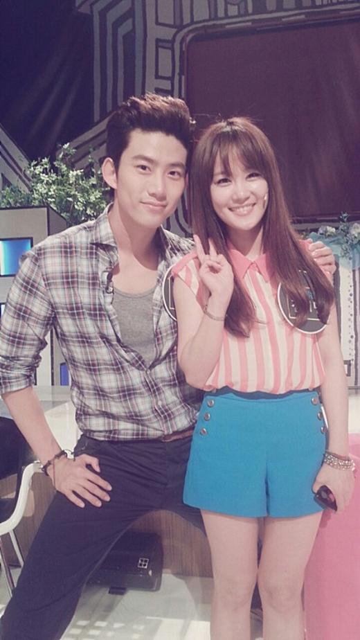Pha xử lý tinh ý của Taec Yeon (2PM) khiến cô gái bật cười hạnh phúc.