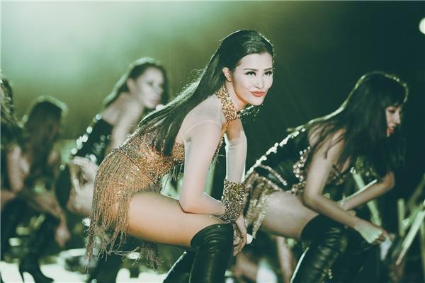 Sau 8 năm hoạt động nghệ thuật, Đông Nhi đã tổ chức liveshow đầu tiên trong sự nghiệp. Với sự tham gia của hơn 15 ngàn khán giả, nữ ca sĩ đã chứng minh vị thế của mình trong làng nhạc Việt. - Tin sao Viet - Tin tuc sao Viet - Scandal sao Viet - Tin tuc cua Sao - Tin cua Sao