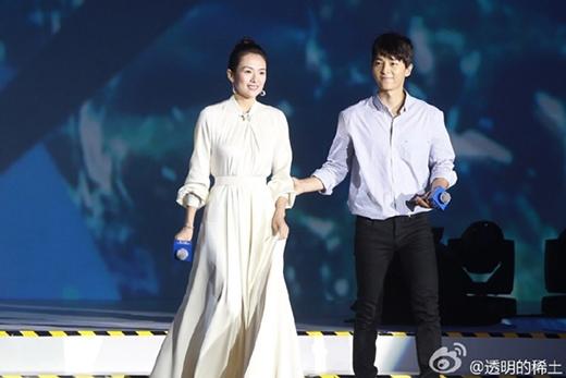 Trong một buổi họp báo, Song Joong Ki ân cần đỡ Chương Tử Di mỗi khi bước lên, bước xuống để cô khỏi vấp té vì chiếc váy dài thướt tha.