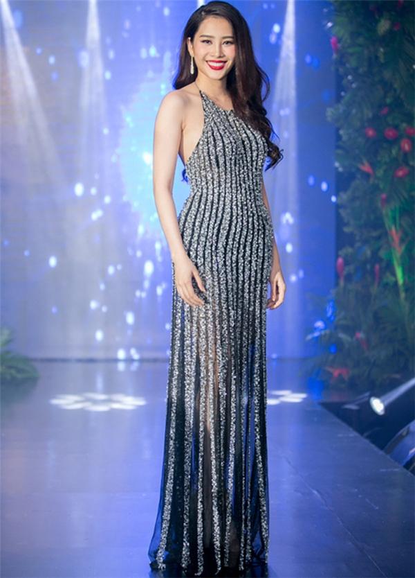 Trước đó, bộ váy này được thiết kế cho Nam Em mang dự thi tại Hoa hậu Trái đất 2016 nhưng do sự cố nên người đẹp đành phải lựa chọn một thiết kế khác để thay thế.