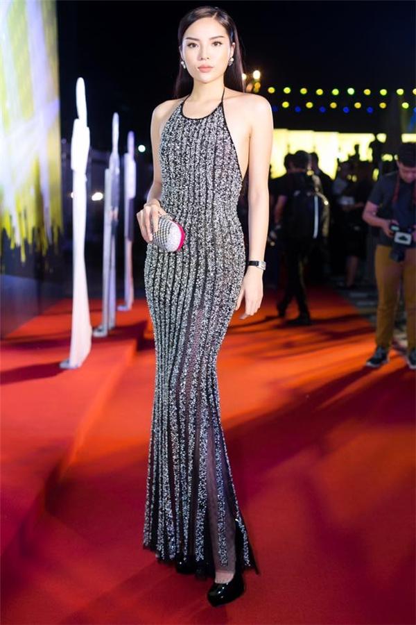 Sau Nam Em, Kỳ Duyên là người đầu tiên mang bộ váy trên lên thảm đỏ một sự kiện cuối năm 2016. Thân người đầy đặn của Hoa hậu Việt Nam 2014 trông vô cùng quyến rũ khi phô diễn được đường cong cùng bờ vai trần nõn nà.