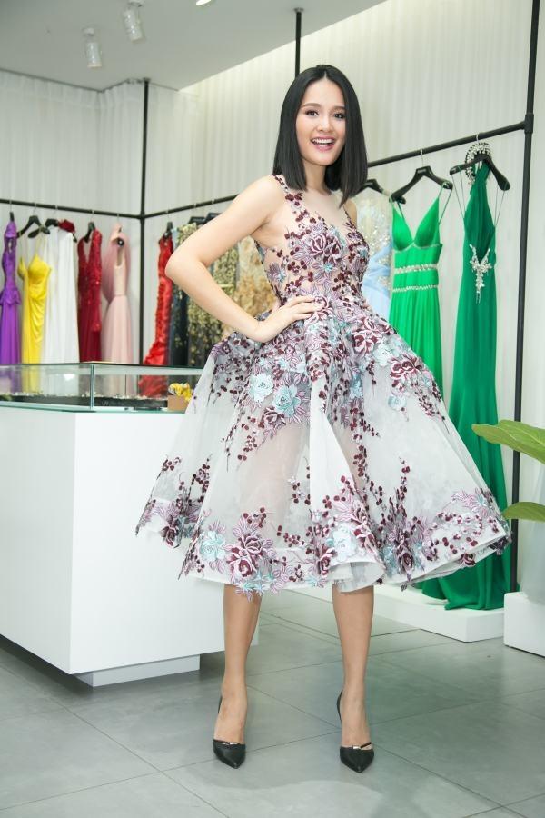 Bộ váy thứ hai được các mỹ nhân Việt ưa chuộng chính là thiết kế xuyên thấu của Lê Thanh Hòa. Và người đầu tiên diện chính là Hoa hậu Hương Giang trong buổi thử trang phục tham dự show diễn của người anh thân thiết.