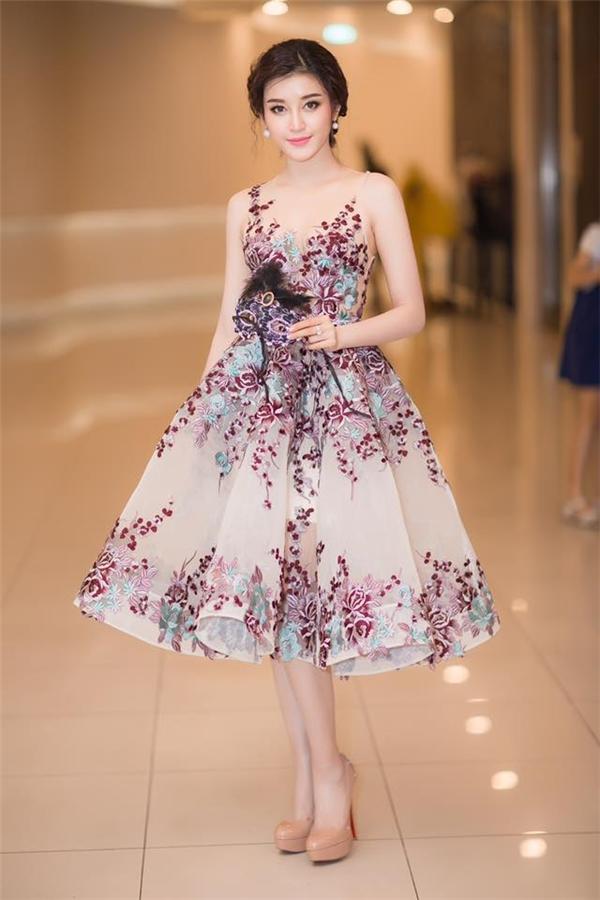 Sau đó, Huyền My diện bộ váy trên để tham dự một sự kiện. Tông màu pastel nhẹ nhàng tôn lên vẻ đẹp thanh tao, nhã nhặn của Á hậu Việt Nam 2014.
