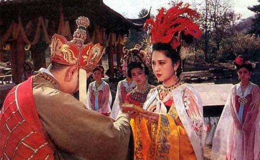 Đường Tăng giao văn kiện thông hành cho Quốc vương Tây Lương Nữ Quốc.