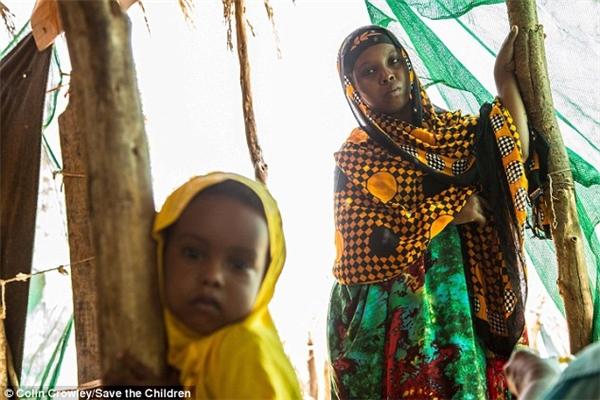 """Tuy nhiên, nơi đáng báo động nhất về tình trạng ám ảnh này là những quốc gia ở châu Phi và Trung Đông như Afghanistan, Nigeria, Yeman,... Tổ chức Save the Children ước tính, trong năm 2017 này, cứ mỗi ngày sẽ có hơn 12.000 bé gái dưới 15 tuổi bị ép kết hôn với những người đáng tuổi ông nội, trở thành nạn nhân của những cuộc """"mua bán tình dục"""", bị hành hạ, cưỡng bức như một nô lệ."""